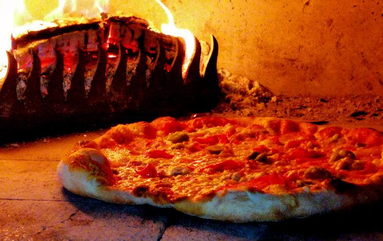 Pizza-z-pece-na-dřevo.jpg