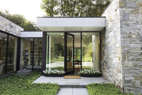 at-the-entry-kurth-created-a-glassed-alcove-for-an-exterior-sculpture-using-series-600-win