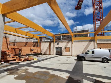 Aufrichten der Leimbinderkonstruktion beim Neubau des REWE-Markts in Reutlingen