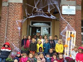 Les classes maternelles fleurissent et décorent l'école pour Halloween !