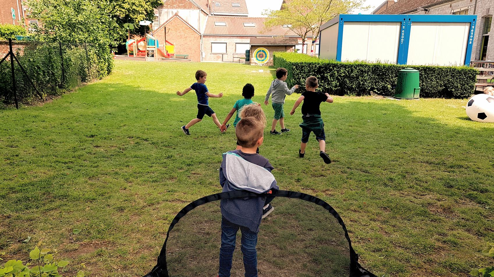 Jeux dans la cour.