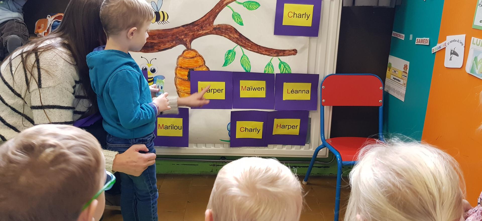 À l'école maternelle, on n'apprend pas à lire, mais on s'y prépare très activement. Dès l'entrée en accueil le travail sur le langage, le vocabulaire et la prise d'indices fait partie intégrante de cette préparation.