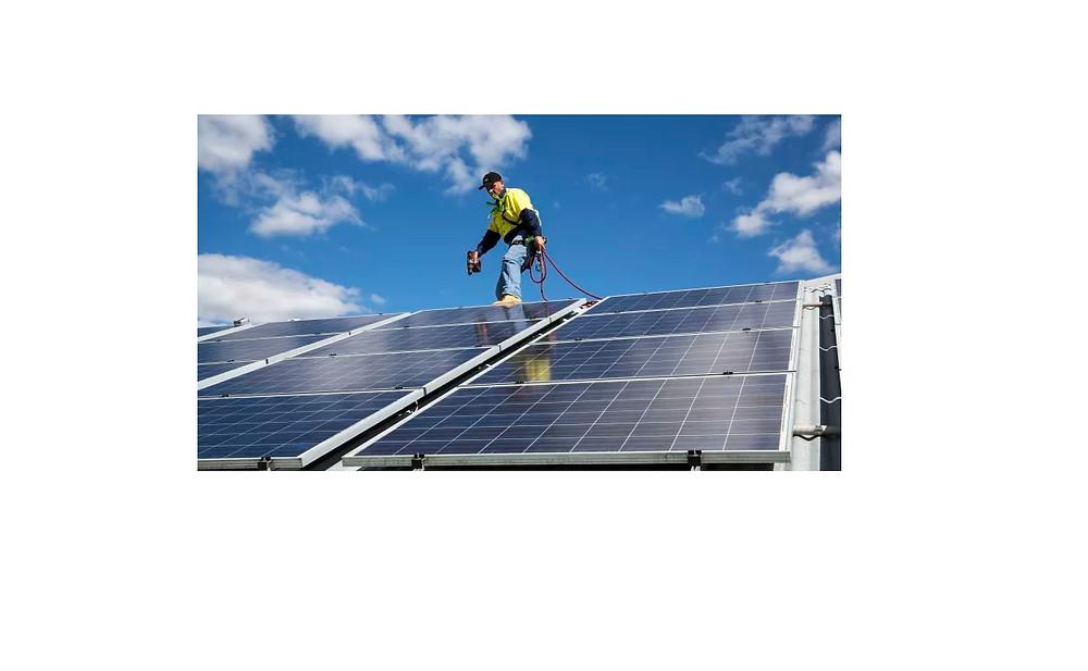 Imagen de un instalador de paneles solares