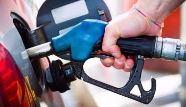 Imagen de alguien poniendo gasolina a su carro
