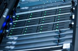 Server und Festplatten im Rack