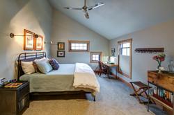 Peak room king bed