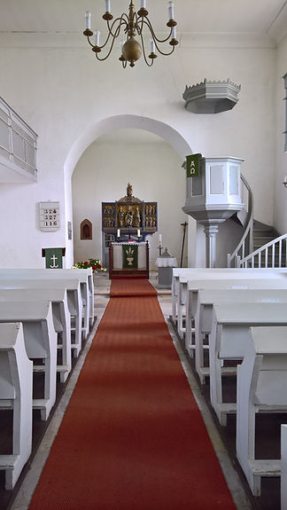 Kirche Innenraum Blick zum Altar.jpg