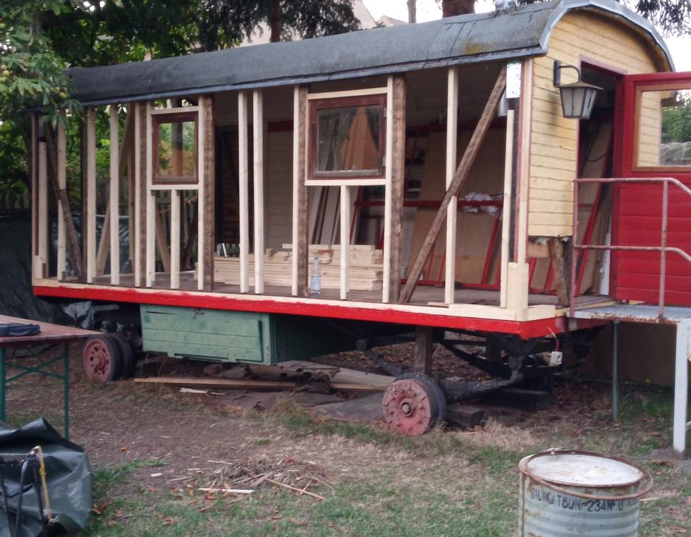 Südseite des Zirkuswagens im Aufbau