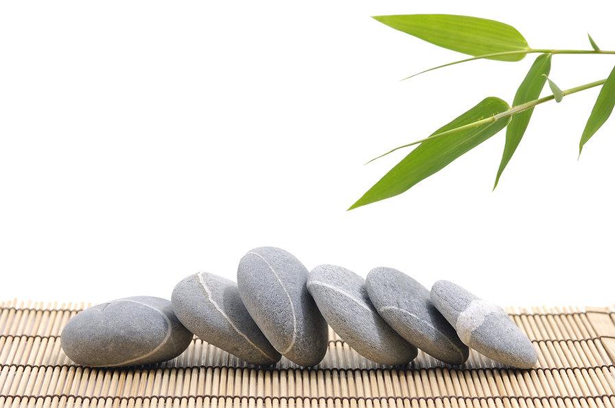 Bambu og steiner liggende