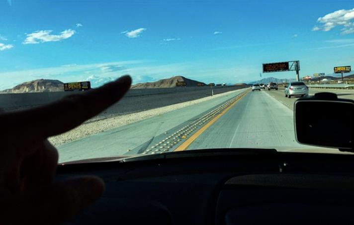 Lähestyessämme kohti Vegasia, tienvarsilla alkoi olemaan enenevissä määrin mainoksia - lähinnä vahinkolakimiehistä kysyen 'Did you see an accident?' ja Marilyn Monroe -kokemuksen tarjoavista seuralaisista.