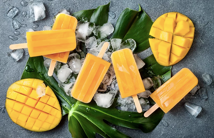 Terveelliset sormiruoka-jälkiruuat vauvoille ja taaperoille: mangomehujää