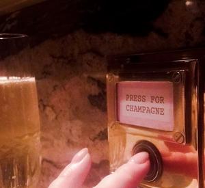Hauskana detaljina BOBBOBRICARDISSA löytyy joka pöydästä 'shampanjanappi', jota painamalla sinulle tarjoillaan uusi lasillinen valitsemaasi shamppanjaa.