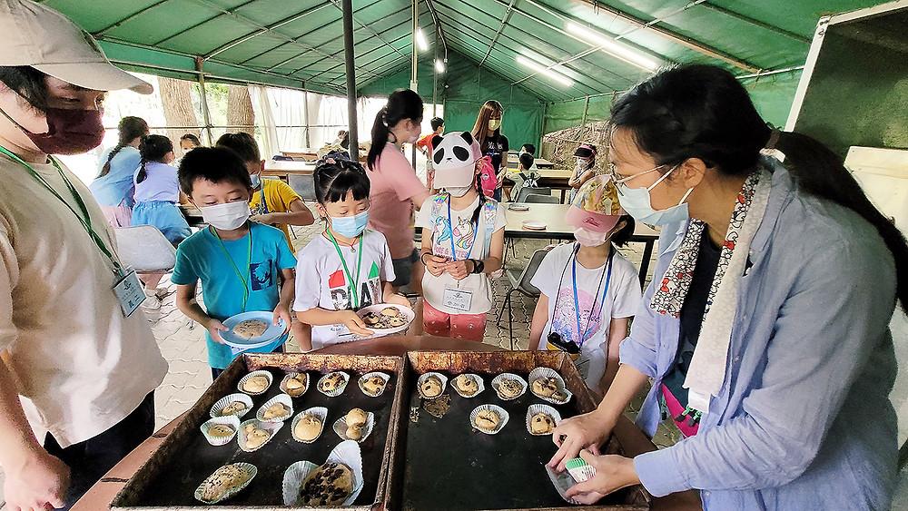 有機耕種小學生們體驗製作有機麵包活動,並學習珍惜食物的重要。講座