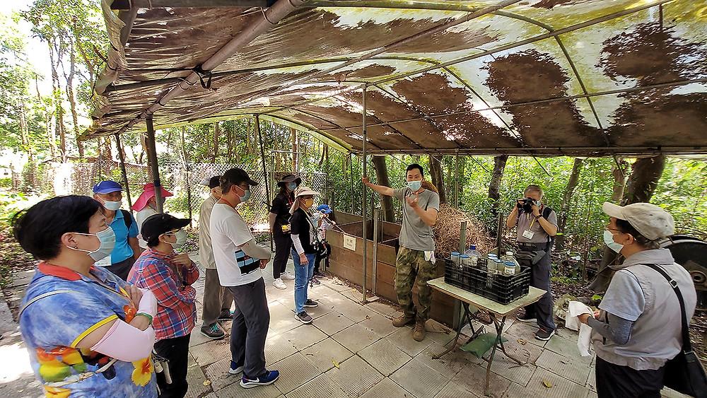 參觀園區廚導師向參加者講解有機種植的知識、介紹天然肥料的種類和正確使用方法。餘處理過程