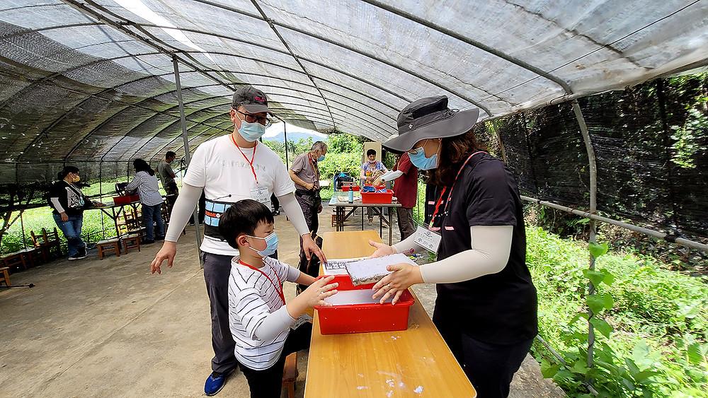 學童及家長齊參與環保再造紙工作坊活動,一起實踐綠色生活,為保護環境盡力。