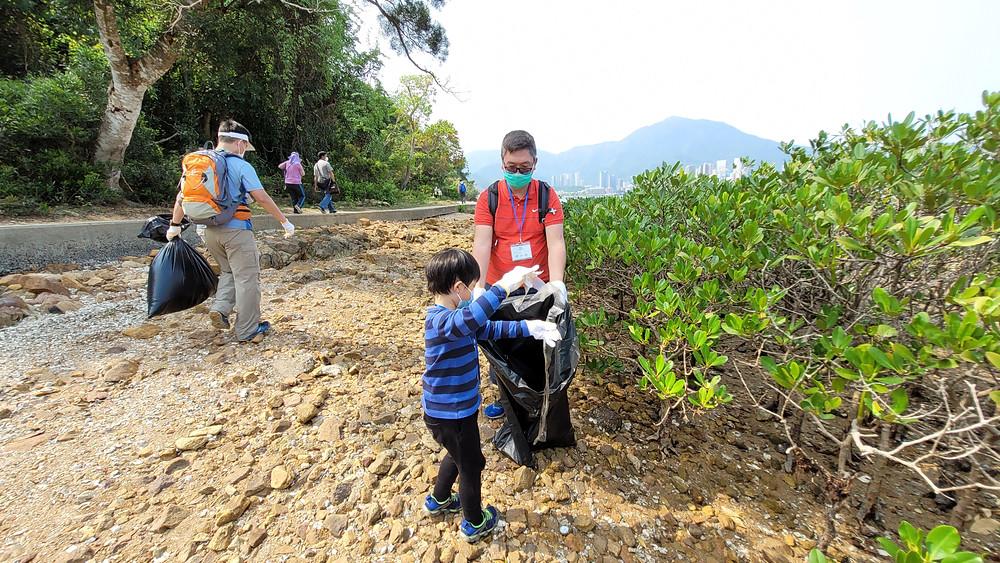 環保戰士主動參與清理塑料垃圾行動,以實際行動保護環境!