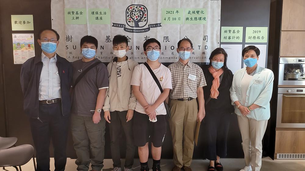 樹賢基金兩位董事及鄭楚明博士於講座後與現場參加的中學生和老師留影。