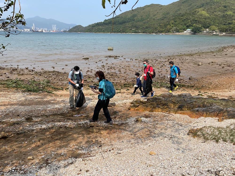 組員分批巡視海灘,找尋並撿走塑料瓶和發泡膠盒。高興的是,這些廢物不多,證明當局的清潔隊伍有效,郊遊人士也守法,會把垃圾帶走。