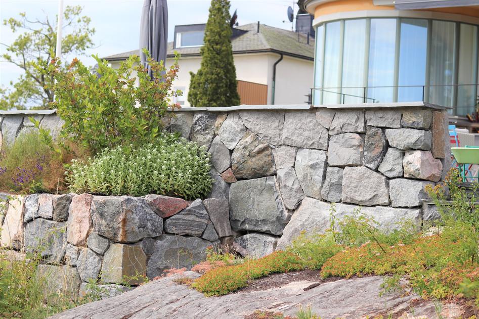 Bromma 3, murar och trappor i granit, smågatsten och planteringsytor