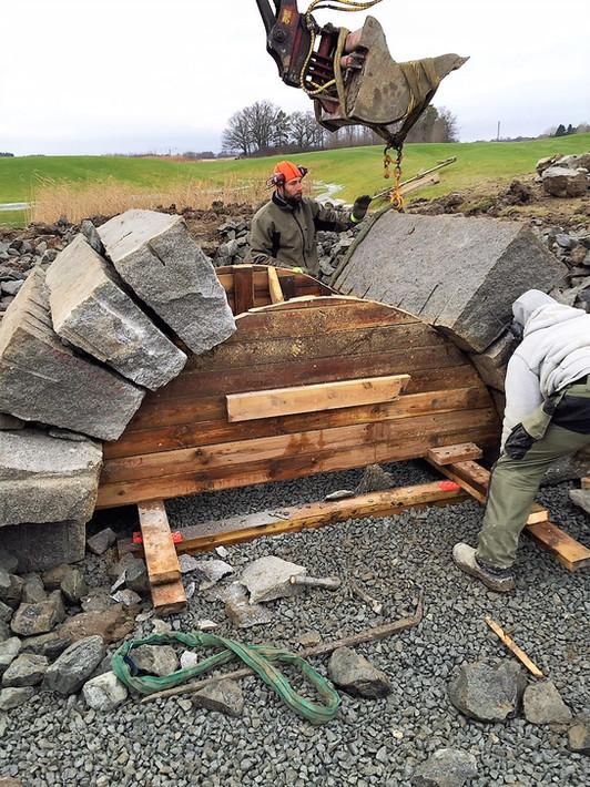 Bro nr tre under uppbyggnad, vi bygger enl den gamla klassiska tekniken med kilformade stenar