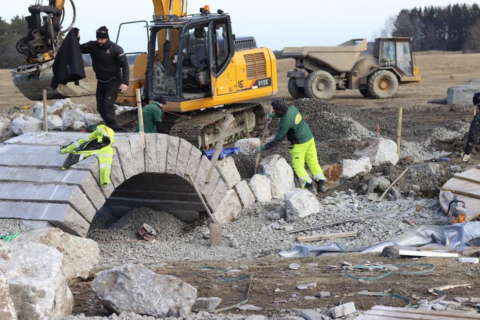 Bro nr fyra med tillhörande mur under uppbyggnad