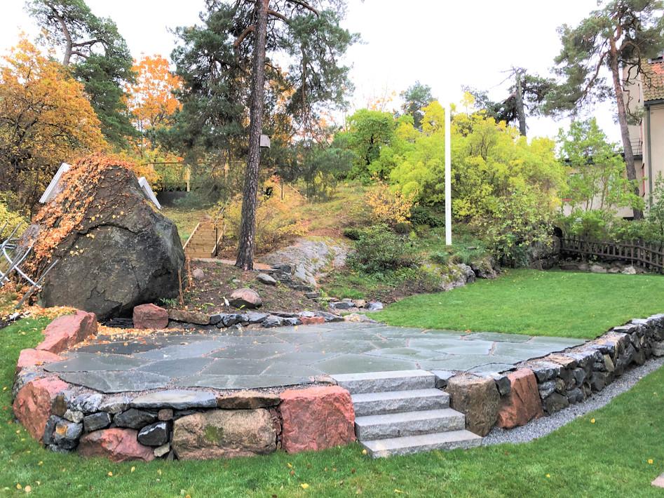 Bromma 4, trappa och mur i granit, gräsmatta och skifferyta