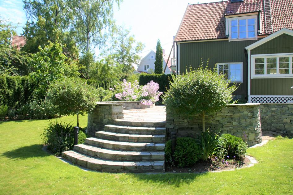 Bromma 5, murar och trappor i skiffer, planteringar och gräsmatta