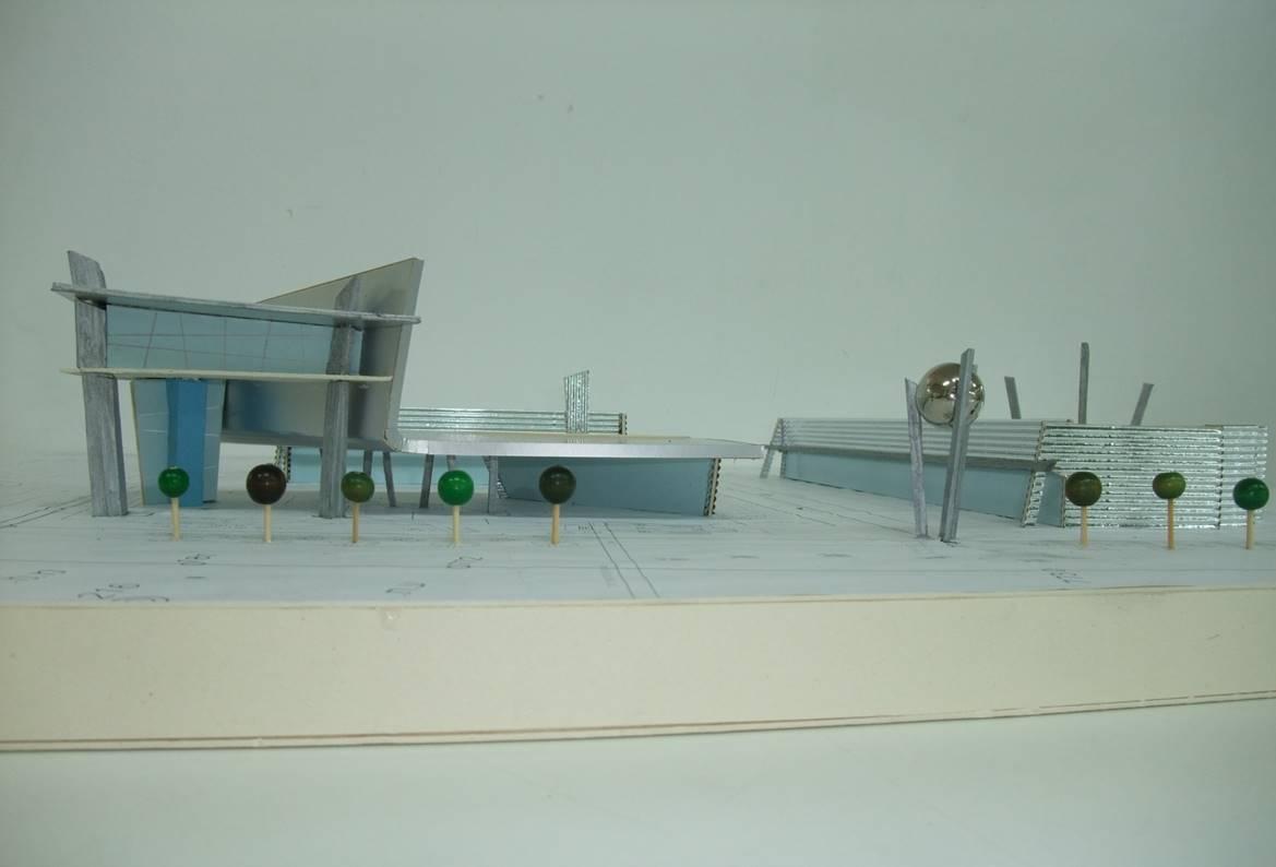 מרכז מסחרי עם תחנת דלק