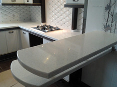 Барная стойка из камня в кухне