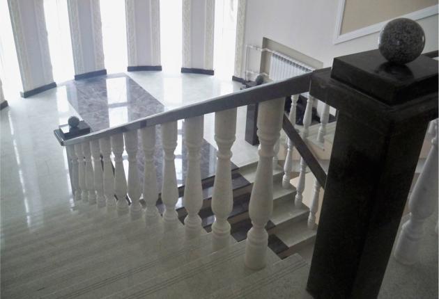 Облицовка лестницы кварцем