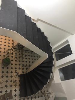 Ступени к лестнице чёрные