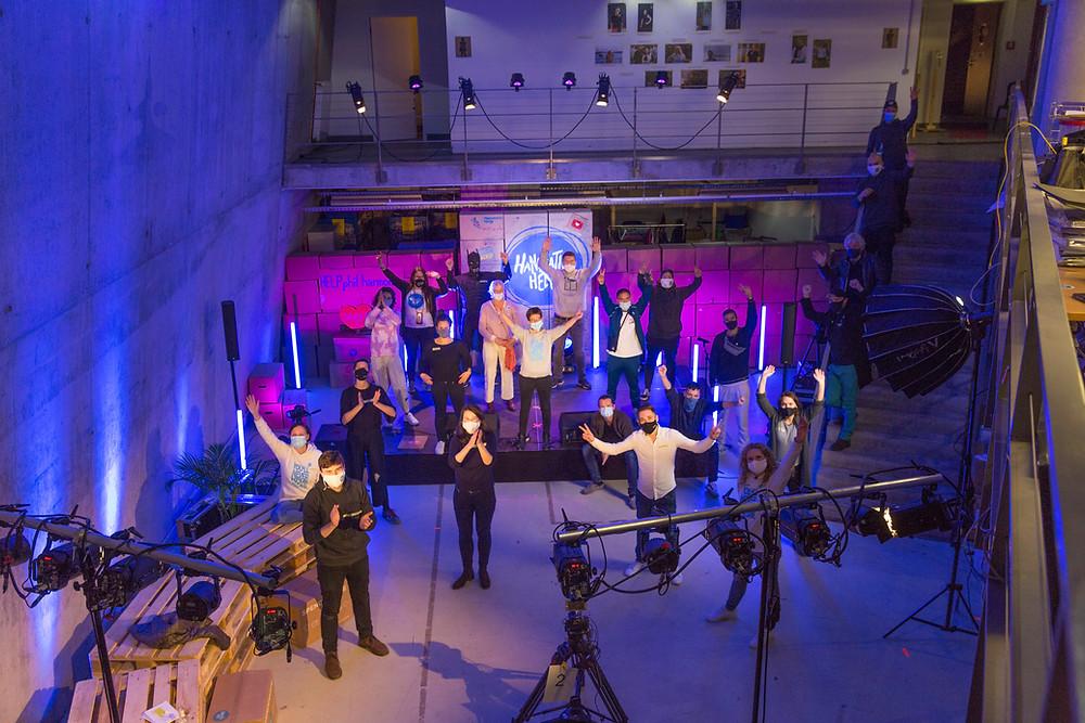 Ein Teamfoto mit Abstand nach dem Livestream zum 5. Geburstag von Hanseatic Help.