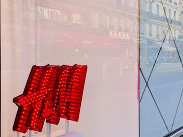 Reflet du Sofa Café sur la vitrine du H&
