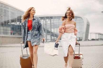 deux-belles-filles-debout-pres-aeroport_
