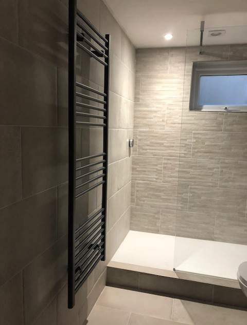 Floor and wall tiles matching with feature wall in the shower area
