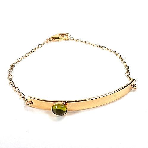 Trendy gold bracelet with peridot stone