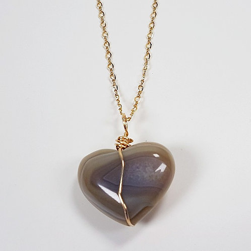 Heart Agate in gold pendant