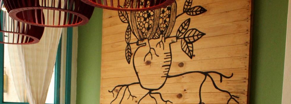 La mesa larga y el mural de Fusha.