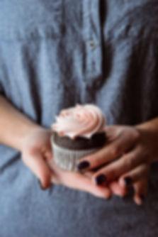 WOLKES_CUPCAKES_Cupcake_Hand.jpg