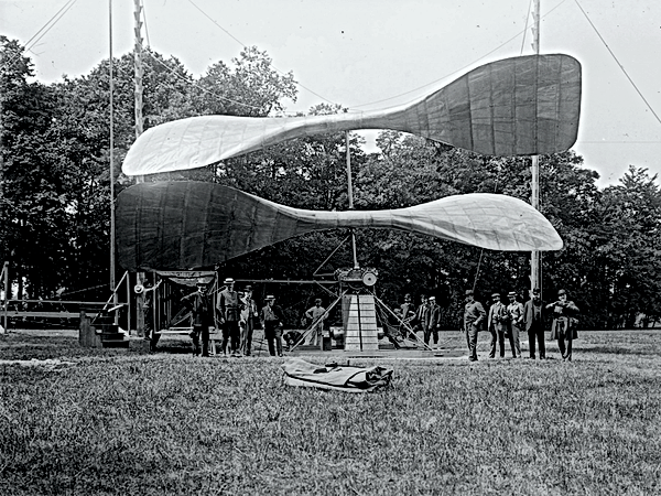 Hélicoptère de Maurice Léger dans le parc du château de Marchais.