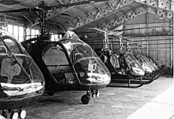 Hiller dans le hangar du GH N°1 à Satory, en 1958. Au premier plan, un UH-12A reconnaissable à son guidon de vélo