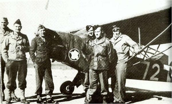 Photo de groupe de la 25 SOAA devant un Piper