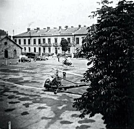 Deux Hiller dans la cour de la caserne de Satory.