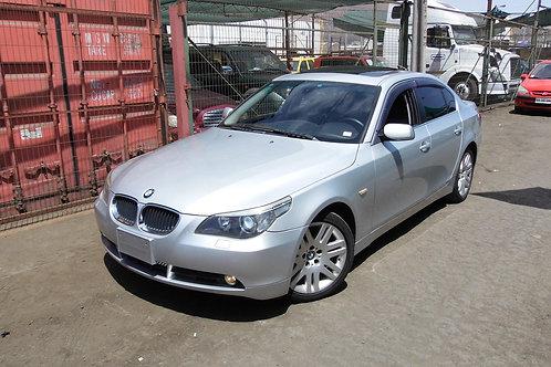 BMW 530i 2004 (VOLANTE ORIGINAL)