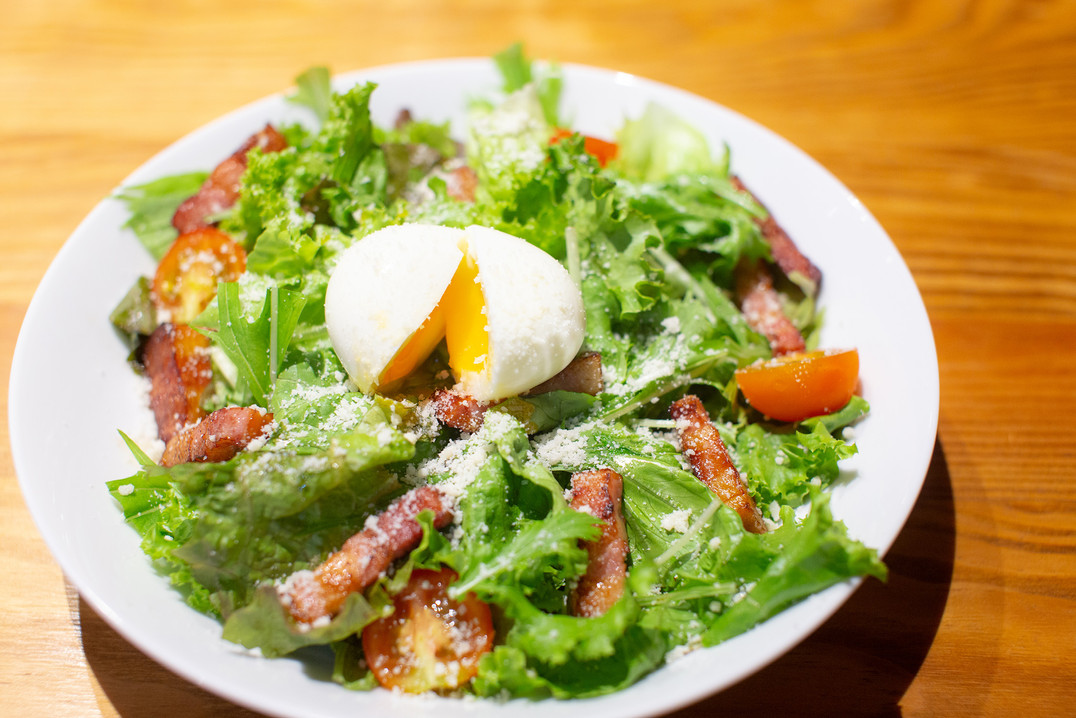 半熟卵とベーコンのシーザーサラダ 680