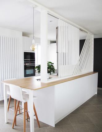 TIPHAINE MODIN | Architecte et decoration d'interieur | Nantes | Cuisine ouverte blanche tasseaux claustra