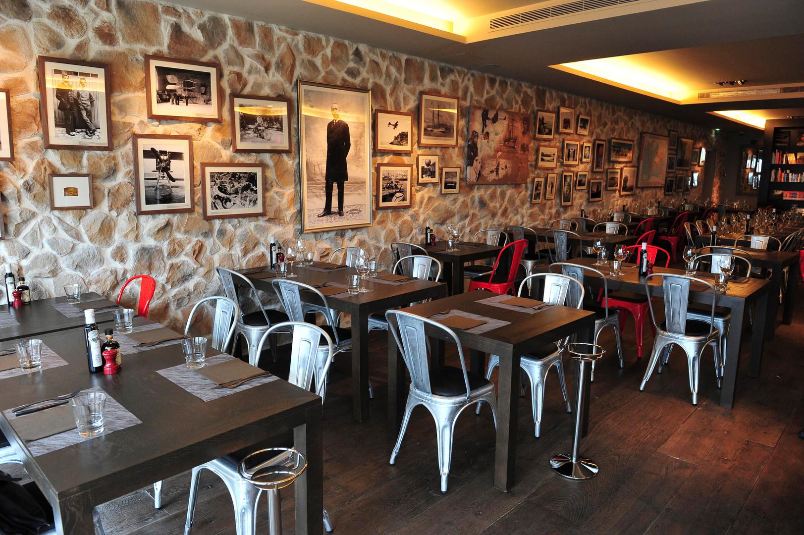 Explorers Pub Monaco - Interior