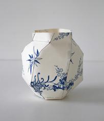 Vase boule, 2013, papier chinois imprimé, H 10 cm, Ø 11 cm Edition limitée (8, avec des papiers differents)  © photographe Ruth Gurvich