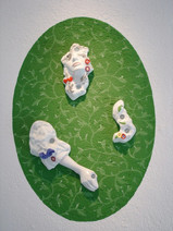 M, 2004-2005, porcelaine, de gauche à droite : Main droite, 52 x 18 x 8.5 cm Visage, 34 x 20 x 10.5 cm Jardin II, 22 x 15 x 5 cm  © photographe Ruth Gurvich