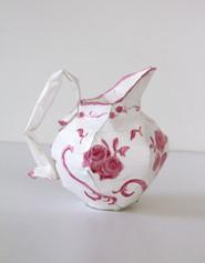 Pichet à décor rose et blanc, 2002, acrylique s/montage en papier, H 14 cm, Ø 9 cm  © photographe Ruth Gurvich